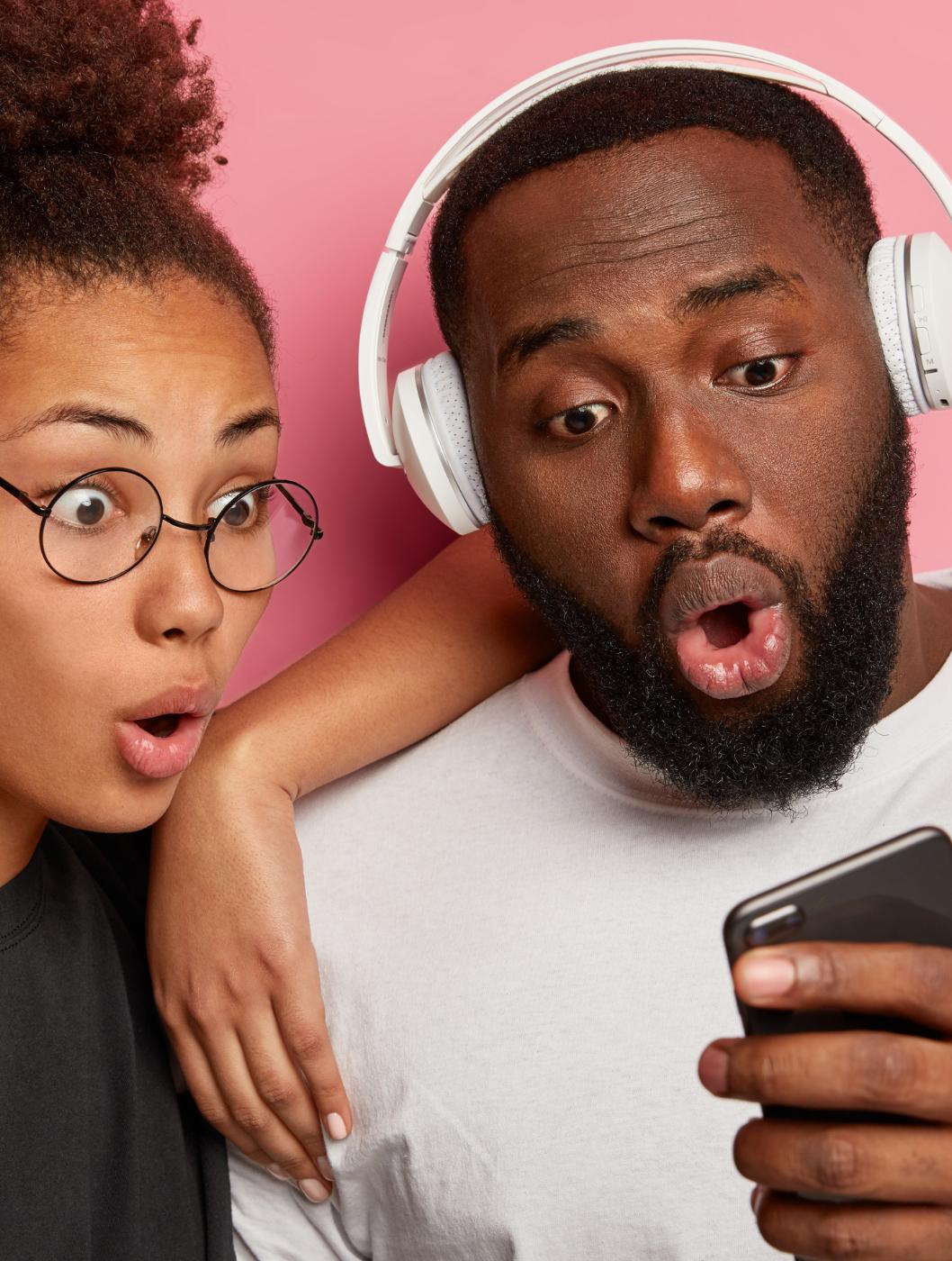 Måske du har set en reaktionsvideo på YouTube eller andre sociale medier, hvor man ser en person, reagerer på en video. Det er mega-sjovt, og er superpopulært. Men udover at videoerne typisk er sjove, så er der også en anden grund til, at vi lever os så meget ind i dem. Læs med her og hør hvorfor.