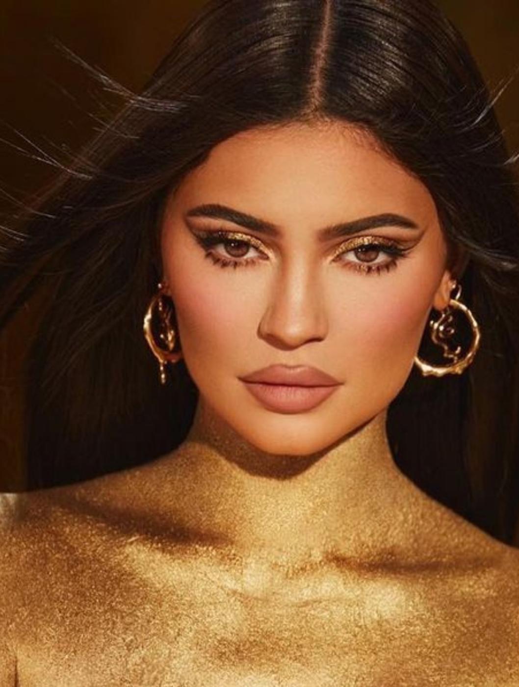 Kylie Jenner møder op til New York Fashion Week i blonder fra top til tå og viser hendes Baby Bump frem.
