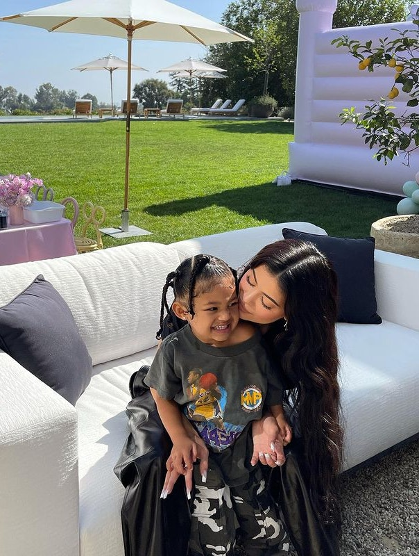 Kylie og Stormi Jenner