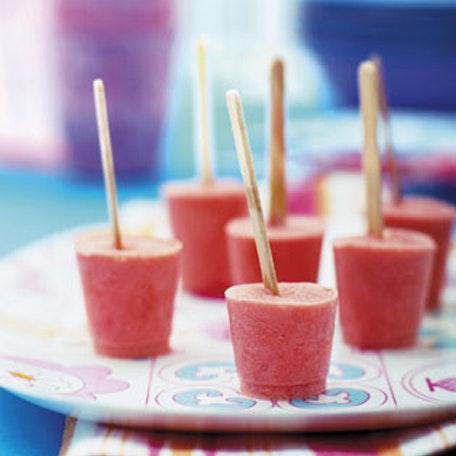 Opskrift på lækre ispinde med jordbærflødeis