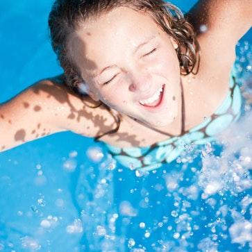 Pige har menstruation i svømmehallen
