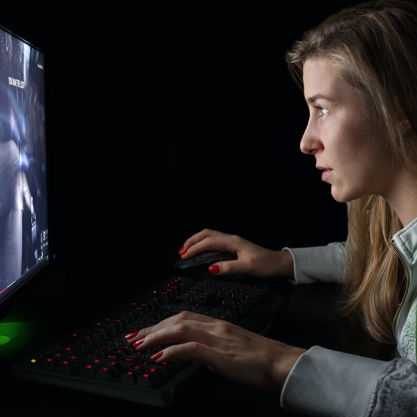 Pige lider af afhængighed af net