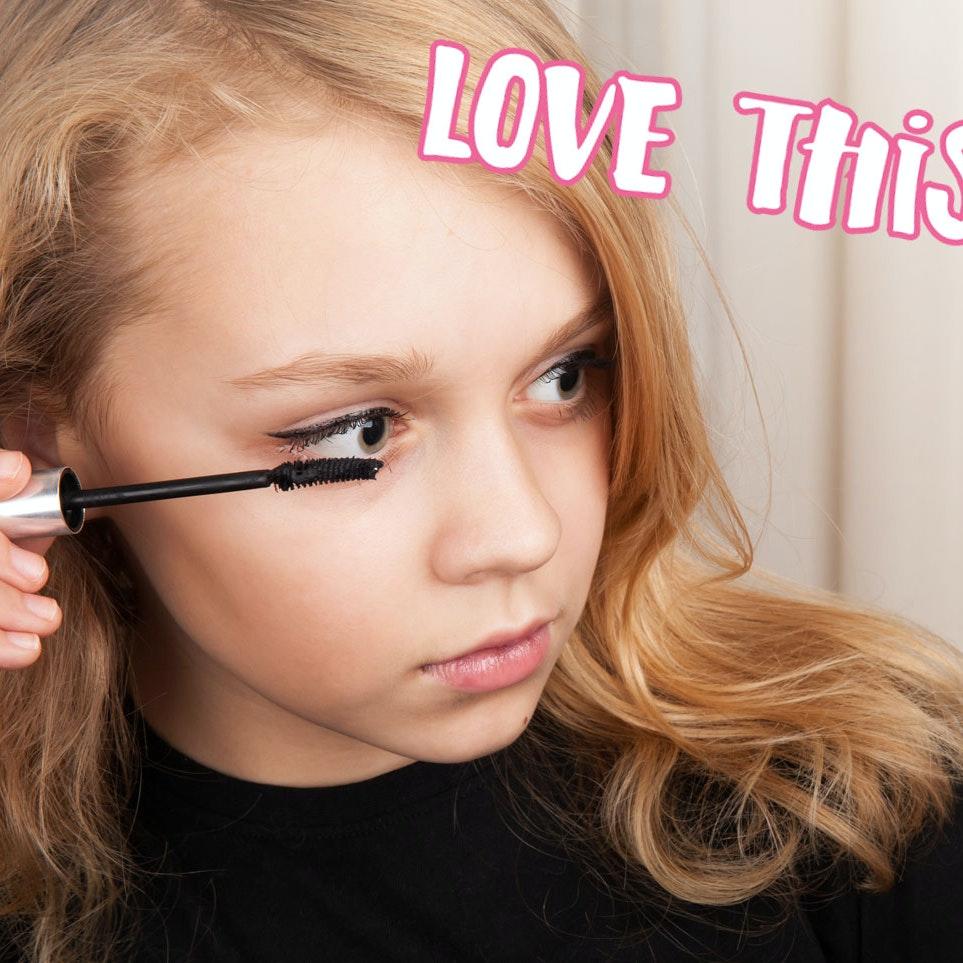 Pige lægger mascara på sine øjenvipper