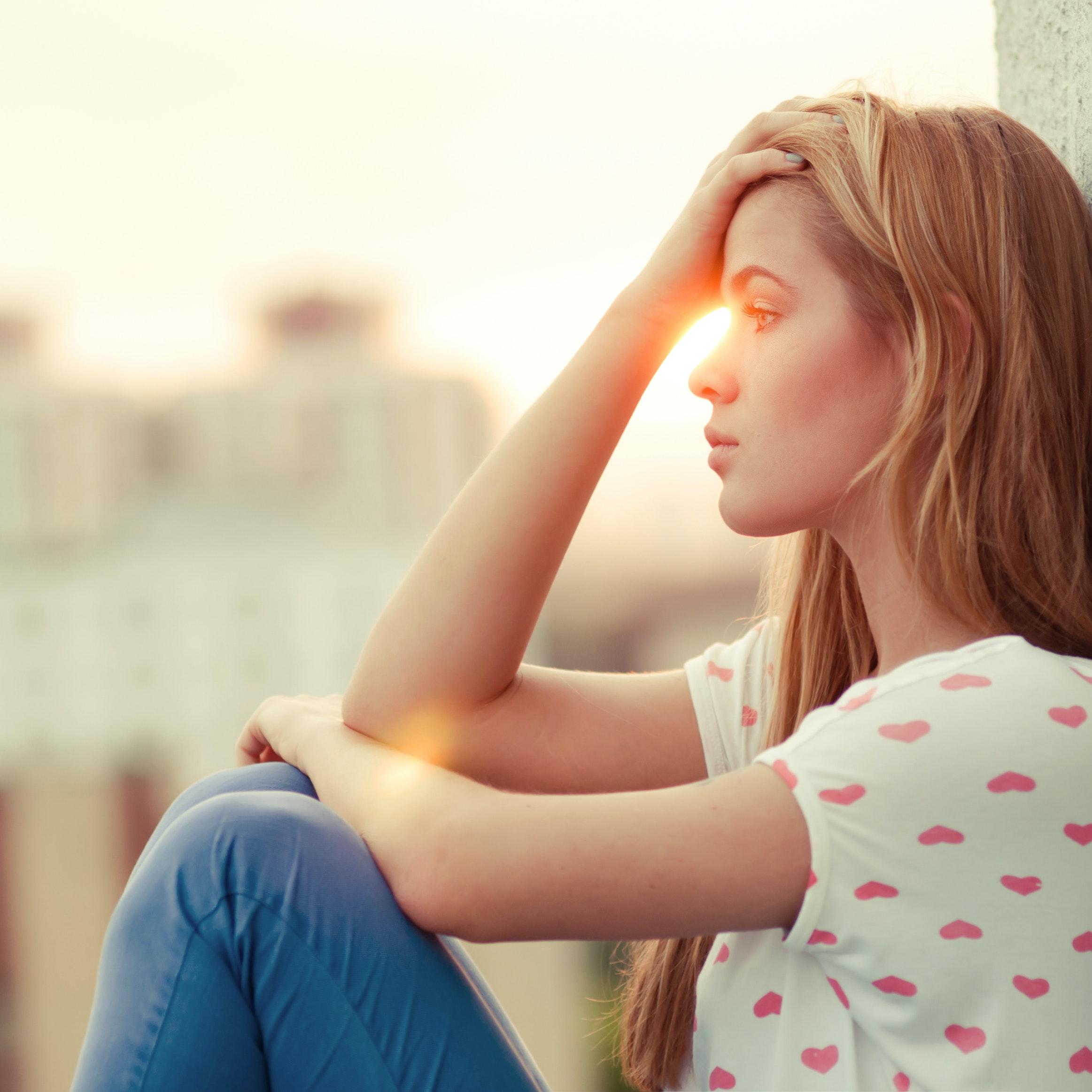 Pige græder over utroskab
