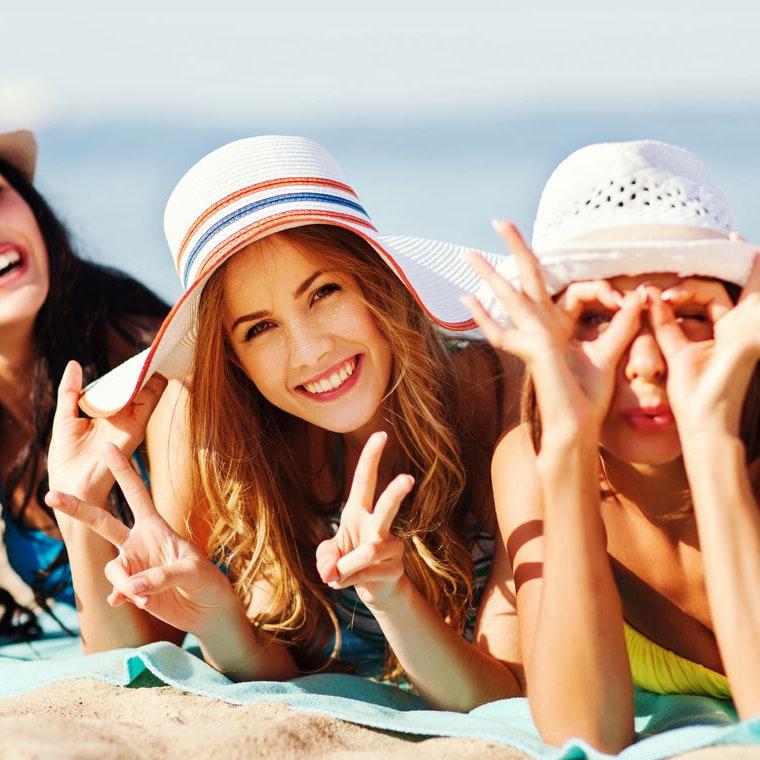 Piger på strandtur